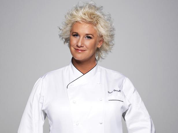 Anne Burrell makes Italian restaurant style linguine and clams.